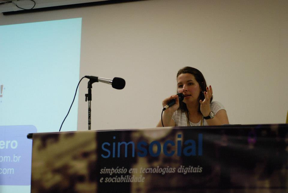 Pesquisadora Raquel Recuero (UCPel) durante a primeira conferência do SIMSOCIAL 2012. Foto: Matheus Pirajá