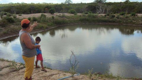 Na roça Alto do Céu, a família de Silvia e Dudu cuidam da água. Foto: Liliana Peixinho.
