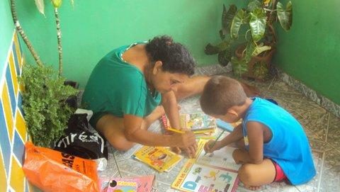 Liliana Peixinho ensina o pequeno Dudu a ler. Foto: Liliana Peixinho.