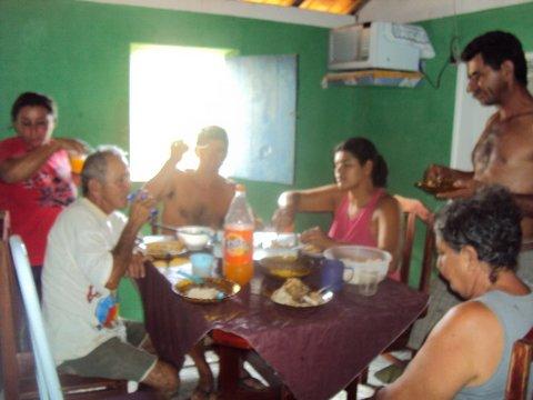 Família de Bebedouro se reune na cozinha da casa. Foto: Liliana Peixinho.