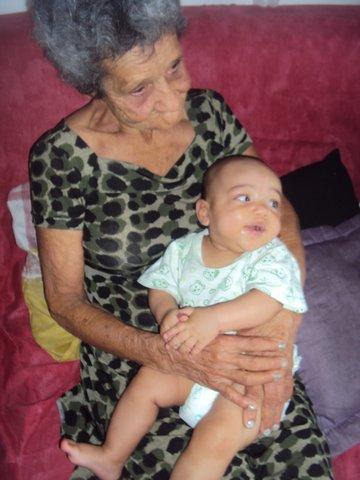 Dona Iracema cuida do bisneto. Foto: Liliana Peixinho.