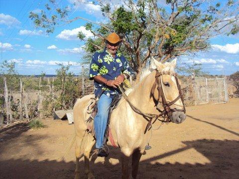 Seu Arnou vendeu as cabras que criava com dedicação, mas não se desfez do seu cavalo, Poltro, amigo fiel nas estradas caatingueiras. Foto: Liliana Peixinho.