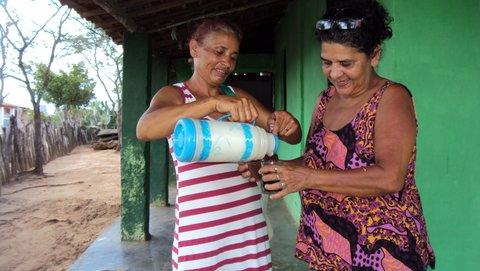 Dona Vanda serve café à jornalista Liliana Peixinho. Foto: Rudinho (Rudinei) e Andinho (Anderson).