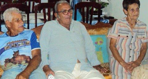 Seu Raimundo, seu Sabino, dona Iracema: vizinhos solidários. Foto: Liliana Peixinho.