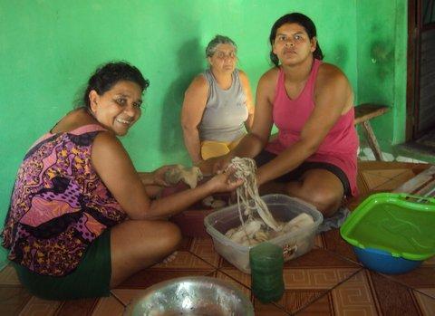Repórter ajuda a comunidade no preparo da buchada de bode. Foto: Divulgação.