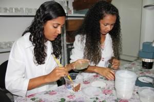 A estudante da Uneb Nayara Ranyelle e a mestranda Girlandia Miranda alimentando as joaninhas com a dieta artificial / Foto: Sheila Feitosa