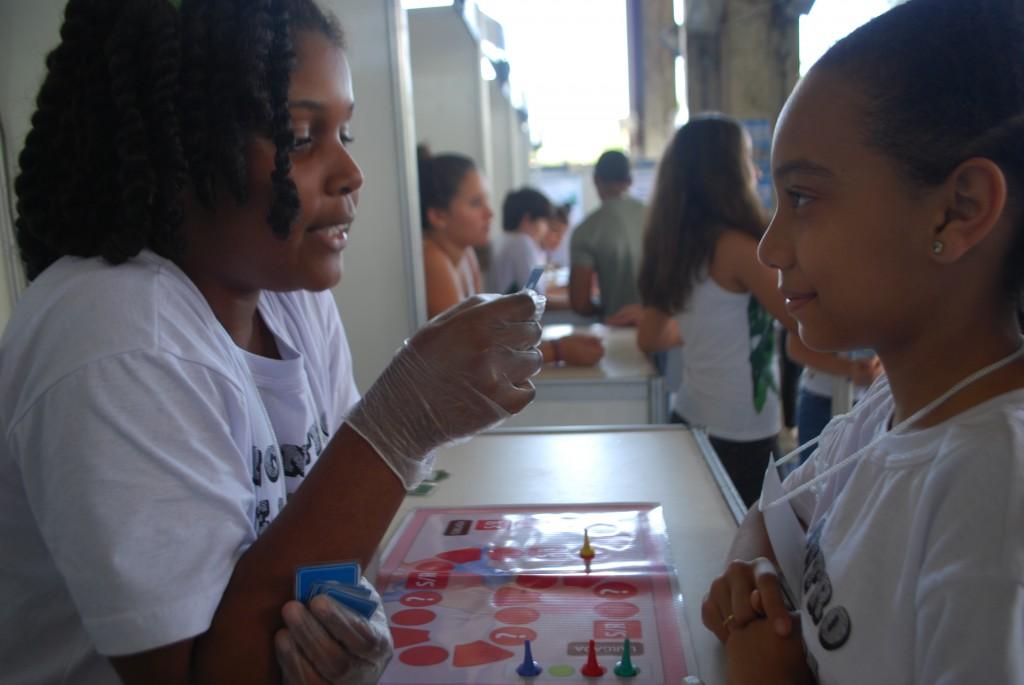 """Fabíola (esq.) construiu o jogo """"Bate bate coração"""" no centro de ciências e foi premiada no Encontro de Jovens Cientistas. Foto: Maykelly Souza"""