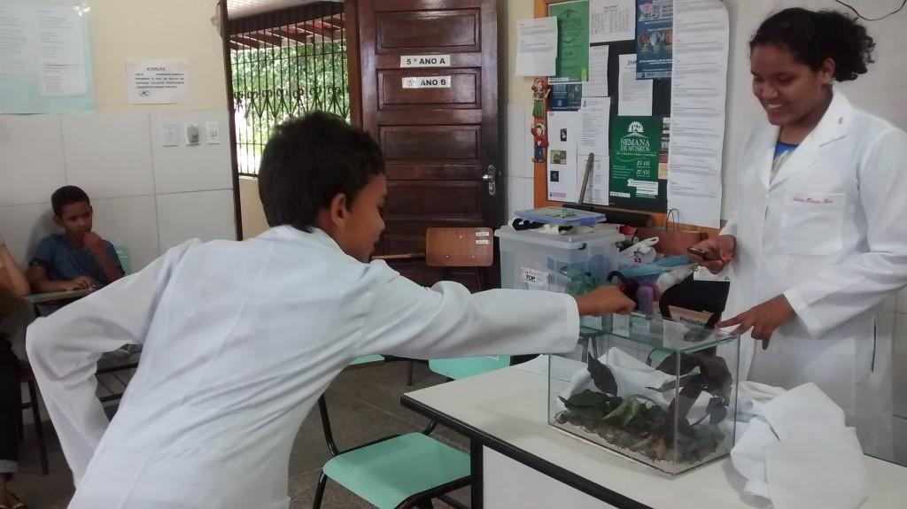 Rosimere continua o trabalho com os estudantes e mantém viva a ideologia de um melhor ensino de ciências para o país. Foto: Maykelly Souza